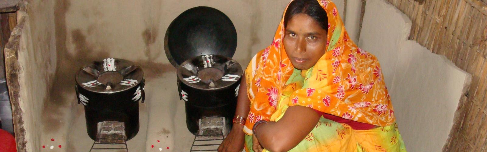 Vrouw kookt op kooktoestel India