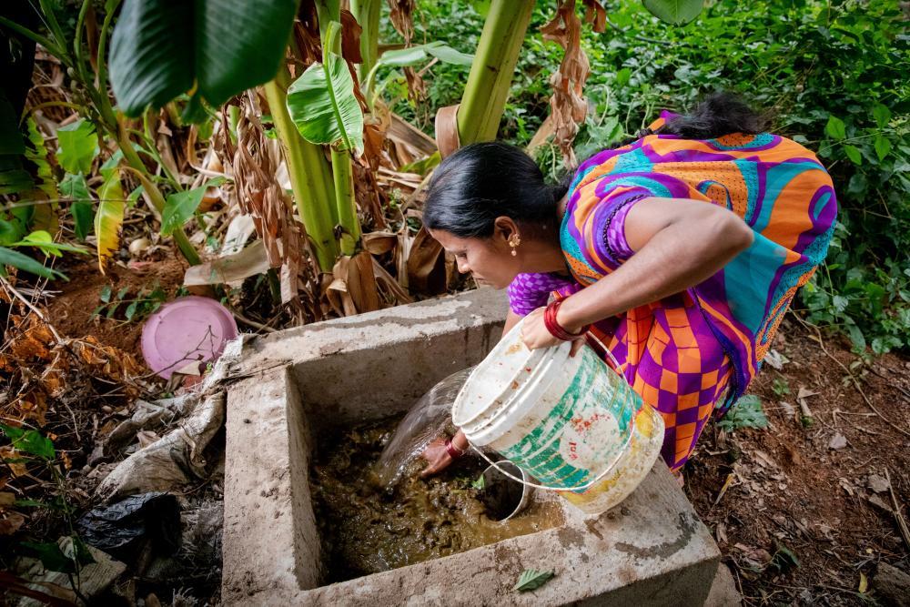 Vrouw werkt met biogas installatie